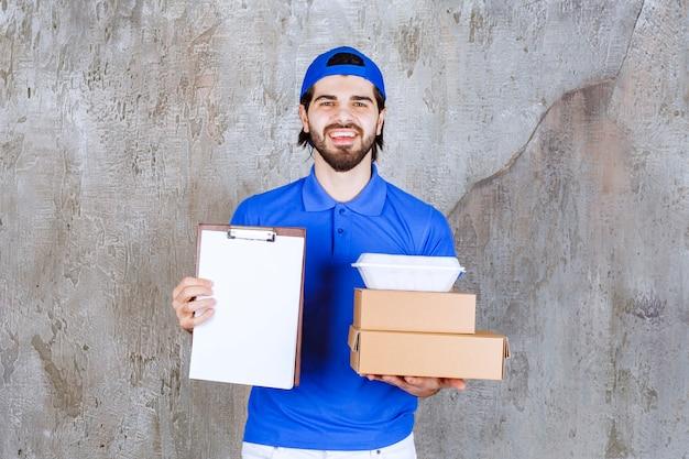 段ボールとプラスチックの箱を運び、署名リストを提示する青い制服を着た男性の宅配便