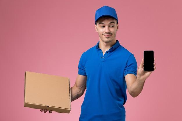 ピンクの制服の労働者サービスの配達で配達フードボックス電話を保持している青い制服の男性宅配便