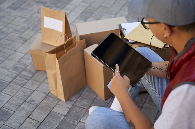 지도를 보거나 디지털 태블릿에서 앱을 사용하는 남성 택배
