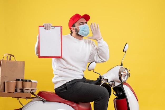 Corriere maschio in maschera con nota di file su giallo