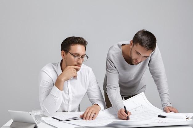Коллеги-мужчины делают документы