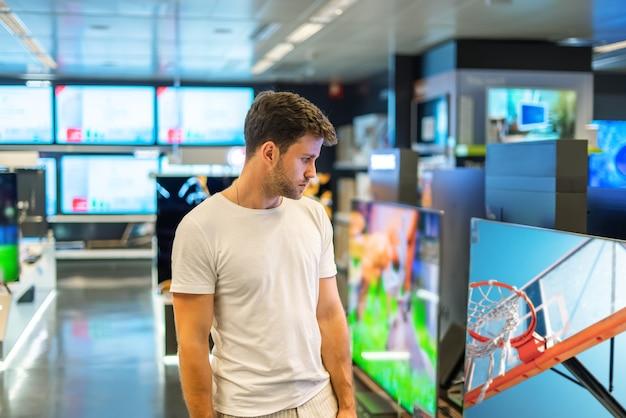 Покупатель мужского пола в магазине электроники