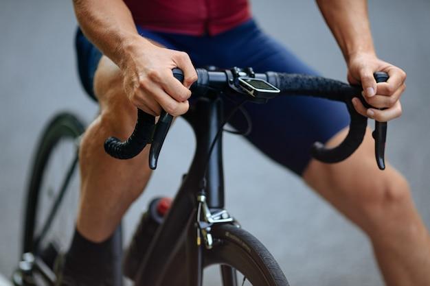 검은 자전거와 함께 포즈 스포츠 의류에 남성 사이클.