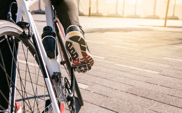 Нога мужского велосипедиста на велосипеде езда на велосипеде на открытом воздухе