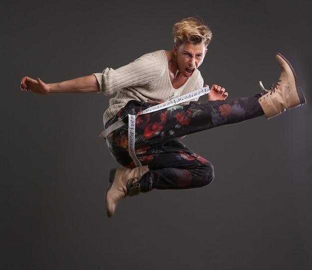 Мужчины танцор прыгает