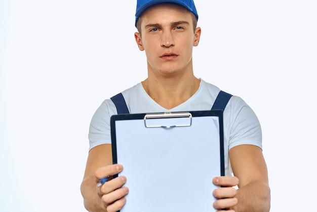受取人への男性配達員配達パッケージ、非接触型支払いおよび商品の受け取り