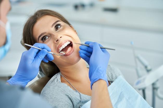 男性歯科医と歯科医院の女性