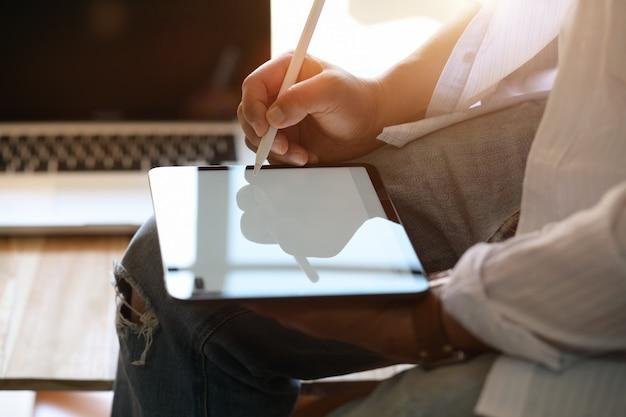 현대 디지털 태블릿에 남성 디자이너 그리기 스케치