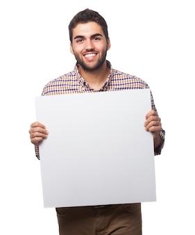 紙の空のシートを表示する男性
