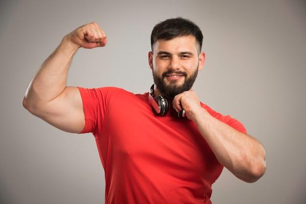 목에 헤드폰을 가진 빨간 셔츠에서 남성 dj.