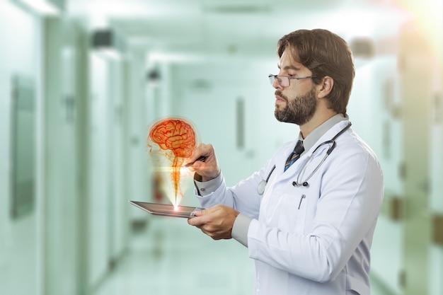 タブレットから出てくる仮想脳を見ている病院の男性医師