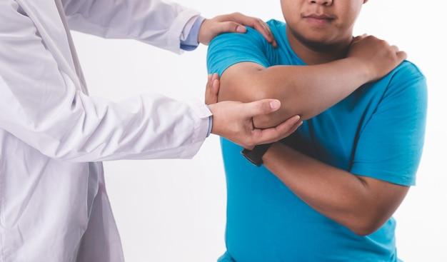 白い背景の上の患者をコンサルティング男性医師