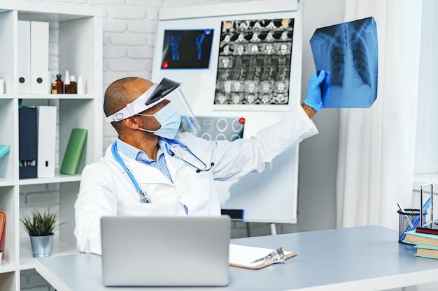 남성 의사가 병원에서 폐의 x- 레이 검사