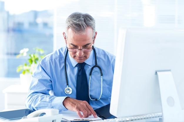 병원에서 남성 의사 시험 문서