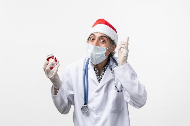 새해 나무 장난감 바이러스 건강 covid를 들고 남성 의사