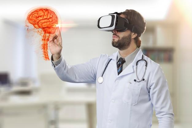Врач-мужчина в своем кабинете в очках виртуальной реальности смотрит на виртуальный мозг