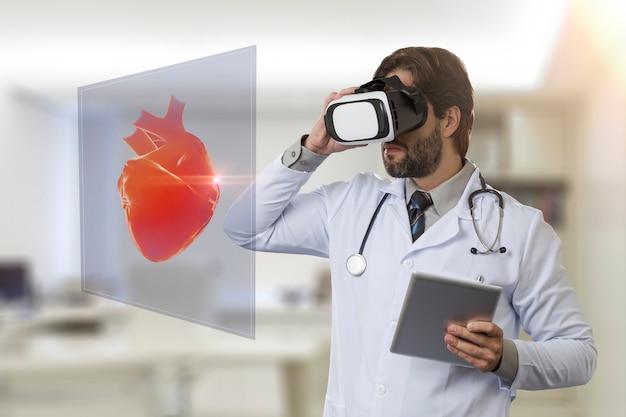 バーチャルリアリティメガネを使用して、仮想の心臓を見ている彼のオフィスの男性医師
