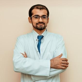 クリニックでプロの服を着た男性医師。ヘルスケア医師の職場を装備しています。歯科
