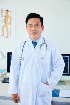 흰색 코트에 남성 의사