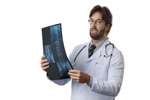 X線を見て男性医師。