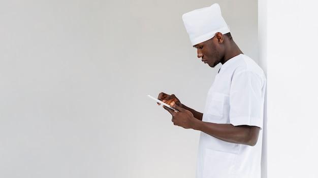 彼の携帯電話を見て男性医師