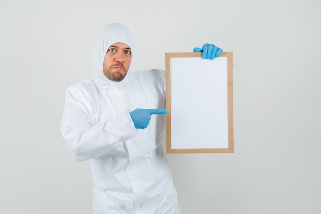 防護服の空白のフレームを指している男性医師