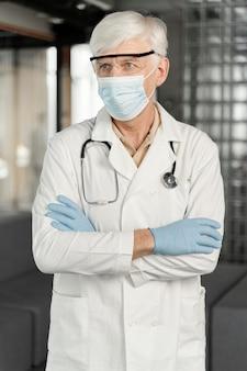 医療マスクと男性医師の肖像画