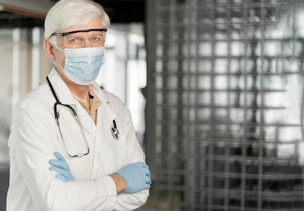 의료 마스크 남성 의사 초상화