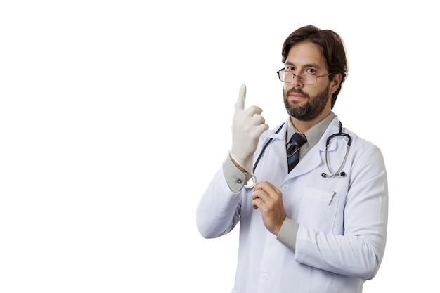 Мужчина-врач надевает латексные перчатки на белую стену.