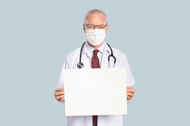 Medico maschio che mostra un cartello bianco