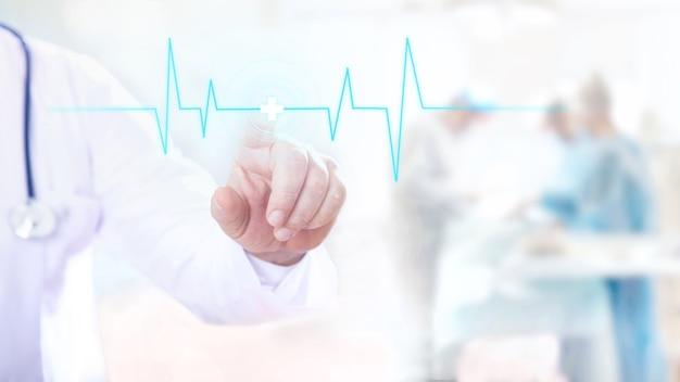 Мужчина-врач прикасается к цифровому прозрачному экрану с ритмом пульса.