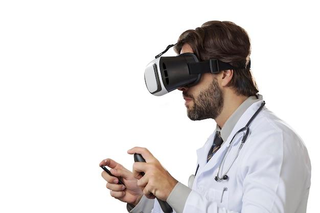 ホワイトスペースでバーチャルリアリティメガネを使用している男性医師。