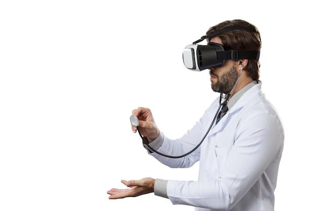 Мужчина-врач, использующий очки виртуальной реальности на белом пространстве.