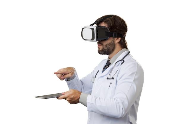 Врач-мужчина в очках виртуальной реальности