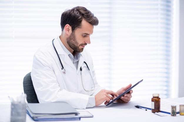 Мужской доктор с помощью цифрового планшета