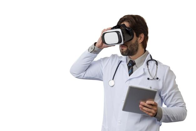 Medico maschio utilizzando occhiali per realtà virtuale su uno spazio bianco.