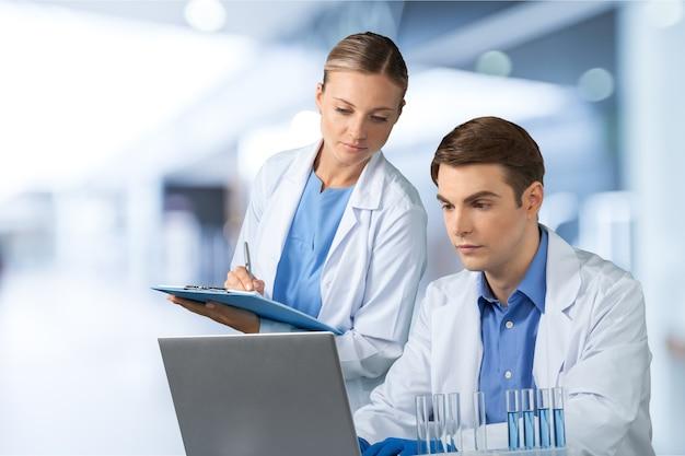 Врач-мужчина с медсестрой в клинике