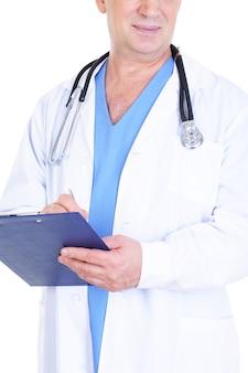 Medico maschio che scrive qualcosa nel documento