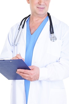 Мужчина-врач что-то пишет в документе