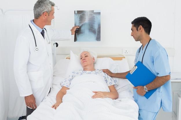 患者とx線を検査する男性医師