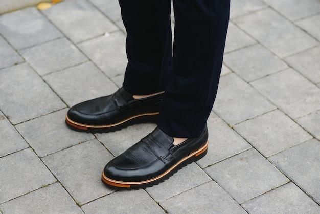 Мужские нарядные туфли и брюки.