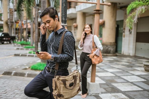 Сотрудник мужского пола на офисной площади в ожидании автобуса