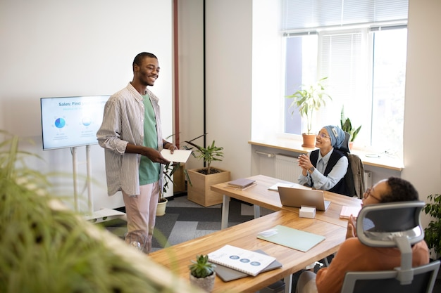 彼の新しいオフィスの仕事でトレーニングセッションに参加している男性従業員