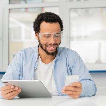 Инженер-мужчина проверяет свой телефон