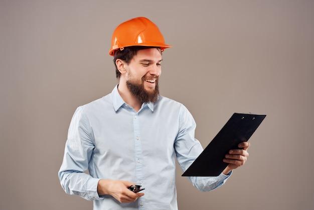 手に男性エンジニアのドキュメントと図面の成功は、背景を分離しました。高品質の写真