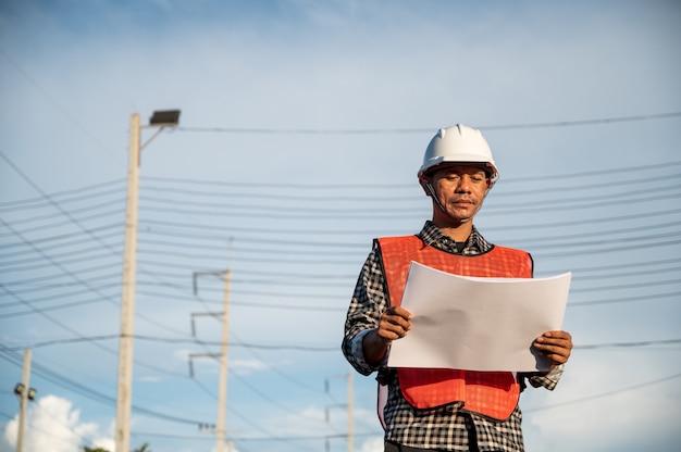 건설 현장에서 야외에서 일하는 남성 엔지니어