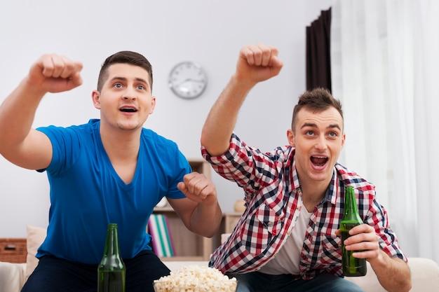 축구 경기와 맥주와 함께 남성 저녁