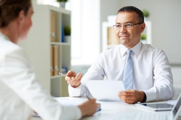 インタビューをしている男性幹部