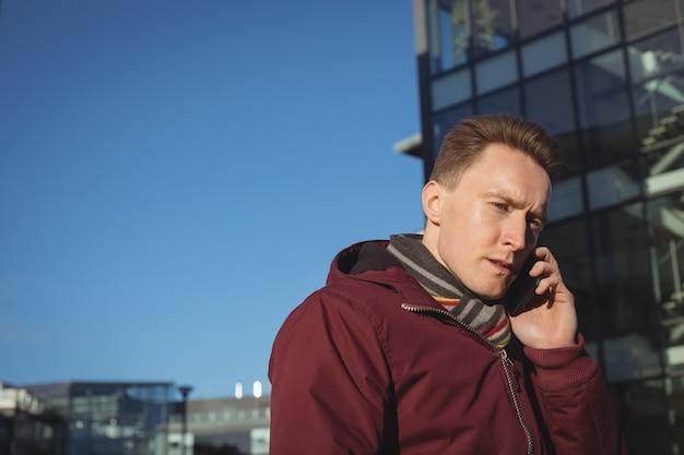 携帯電話で話している男性幹部