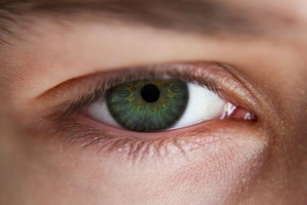 Мужской глаз без вспышки крупным планом макросъемки